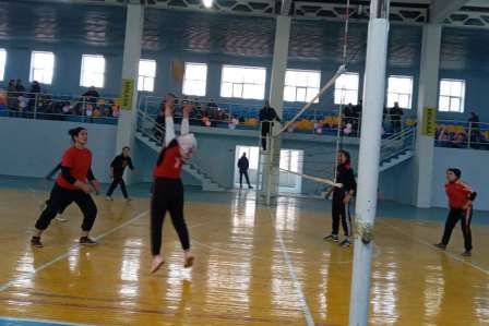 """Andijan State Medical Institute hosted an inter-district volleyball tournament for girls for the """"Governor's Cup""""."""